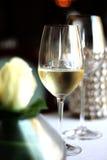 Glas champagne op de lijst stock afbeelding