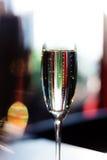 Glas Champagner auf dem Tisch Stockbild