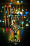 Glas Champagner auf dem Tisch Auf dem Hintergrund der funkelnden Lichter stockfotos
