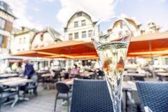 Glas Champagner auf Marktplatz von Troyes, Hauptstadt dieses Getränks, Frankreich lizenzfreie stockfotografie