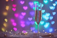 Glas Champagner auf Maschengewebe gegen unscharfe Lichter Bokeh Effekt lizenzfreie stockbilder