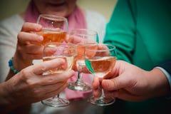 Glas Champagner Luftblasen im Champagner Glas/Glas in der Hand feiertag Festliche Tabelle Weihnachten Restaurant Stockbilder