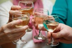 Glas Champagner Luftblasen im Champagner Glas/Glas in der Hand feiertag Festliche Tabelle Weihnachten Restaurant Lizenzfreies Stockbild