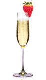 Glas Champagner mit der Erdbeere lokalisiert auf einem Weiß Stockfotos