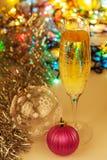 Glas Champagner- und Weihnachtsdekorationen Lizenzfreies Stockfoto