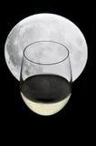 Glas Champagner unter einem Vollmond Lizenzfreie Stockfotografie