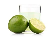 Glas citroensap en kalk geïsoleerder vruchten Royalty-vrije Stock Afbeelding