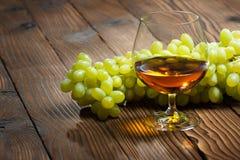 Glas cognac en bos van druiven royalty-vrije stock foto's