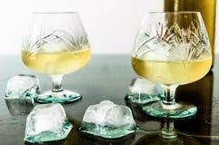 Glas cognac en ijs stock foto