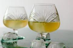 Glas cognac en ijs stock foto's