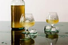 Glas cognac en ijs stock fotografie
