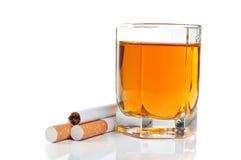 Glas cognac en sigaretten stock fotografie