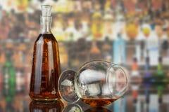 Glas cognac met fles royalty-vrije stock foto