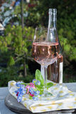 Glas of cold rose wine, outdoor terrase, sunny day, spring garde Royalty Free Stock Photos