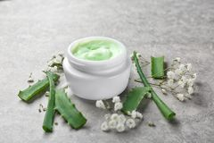 Glas Creme- für den Körper und Aloeblätter Stockfotos
