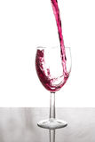 Glas, das mit Rotwein füllt Stockfoto