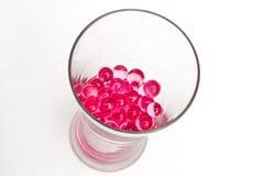 Glas dat met gelballen wordt gevuld Stock Afbeelding