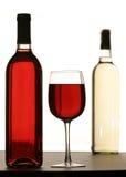 Glas dat met Rode Wijn wordt gevuld Royalty-vrije Stock Foto
