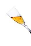 Glas dat met witte wijn (het knippen inbegrepen weg) wordt gevuld royalty-vrije stock afbeeldingen