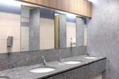 Glas in de badkamers, wasbassin en glas in de badkamers, toiletgootsteen in de badkamers stock foto's