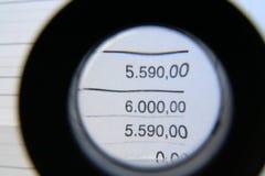 Glas de loupe et données financières dessous Images libres de droits