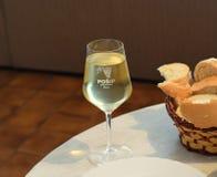 Glas de wijn van PoÅ ¡ ip met mand brood Royalty-vrije Stock Afbeeldingen