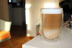 Glas del macchiato del Latte a bordo Fotografía de archivo libre de regalías