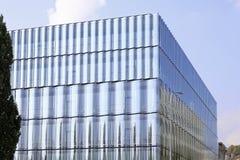 Glas in der Architektur: Eine Glasfassade und ein modernes Gebäude stockfotografie
