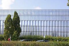 Glas in der Architektur: Eine Glasfassade und ein modernes Gebäude stockfotos