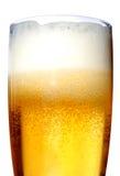 Glas der Biernahaufnahme mit Schaum lizenzfreie stockfotos