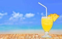 Glas der frischen Ananas Juice On eine Tabelle nahe dem Strand Lizenzfreies Stockfoto