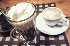 Glas der heißen Schokolade und der Schale Cappuccinokaffees Lizenzfreies Stockbild