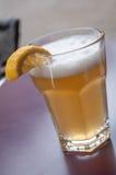 Glas der Totenbahre auf Tabelle mit geschnittener Zitrone lizenzfreie stockfotografie