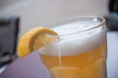 Glas der Totenbahre auf Tabelle mit geschnittener Zitrone lizenzfreie stockfotos