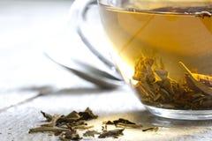 Glas der weißen Teezusammenfassungsnahaufnahme Stockfoto