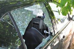 Glas der zerbrochenen Fensterscheibe des Autos Stockbild