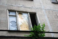 Glas der zerbrochenen Fensterscheibe im verlassenen Haus verstopft mit Sperrholz lizenzfreies stockbild