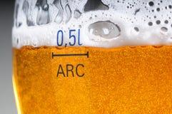 Glas des Bieres mit Schaumgummi stockfotos