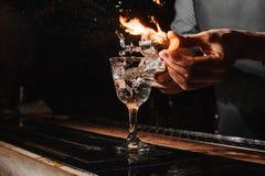 Glas des brennenden Cocktails auf dem Barzähler Stockbilder