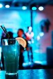 Glas des Cocktails auf Barhintergrund Heller Hintergrund lizenzfreie stockfotografie