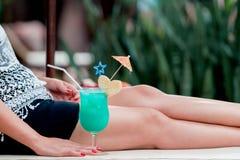 Glas des Cocktails in der Asiatinhand lizenzfreie stockfotografie
