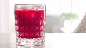 Glas des Cocktails mit Eis, Luxusbarpartei stock footage