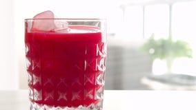Glas des Cocktails mit Eis, Luxusbarpartei stock video footage