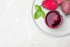 Glas des frischen Safts, des Basilikums und des Gemüses der roten Rübe stockfotos