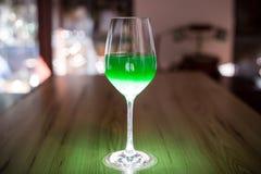 Glas des grünen Getränks Stockbild