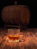 Glas des hölzernen Fasses des Whiskys und der Weinlese Lizenzfreie Stockfotos