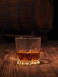 Glas des hölzernen Fasses des Whiskys und der Weinlese Stockfotografie