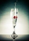 Glas des Knalls, Himbeere und spritzt auf einem hellen Hintergrund mit Lizenzfreie Stockfotografie
