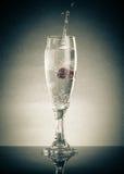 Glas des Knalls, Himbeere und spritzt auf einem hellen Hintergrund mit Lizenzfreie Stockfotos