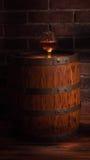 Glas des Kognaks mit Fass auf Holztisch Stockfoto
